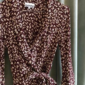 Slå-om-kjole fra Ganni i str XS. Nypris 1300 kr. Stort set ikke brugt.