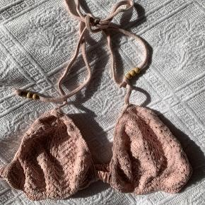 Crochet bikini fra Designers Remix. Aldrig brugt. Overdelen er en str. S og underdelen en str. M. Sælges kun samlet.