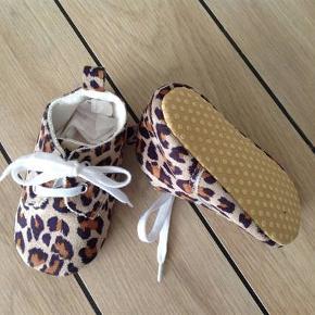 Leopard babysko søde sko indesko futter futsko babysko i leopard med snørebånd Søde babysko m/snøre leopard futter indesko futsko Størrelse: ca 6-12 mdr (se mål) svarer til str. 20/21 Farve: Leopard Oprindelig købspris: 130 kr.  Super bløde og søde snøresko babysko prewalkers 6-12 mdr i leopard med snørebånd, så de er nemmere af få af og på prinsessen. Tjeck venligst mål før køb😄  Mål: længde indersål ca 13 cm  længde ydersål ca 13,3 cm