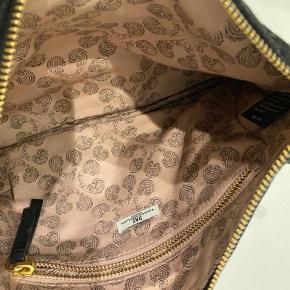 Sort håndtaske/clutch med flæser og hang fra By Malene Birger.  Brugt 4 gange under et Miss Danmark forløb. Tasken har god plads med en ekstra lomme. Er åben for bud og flere billeder ☺️