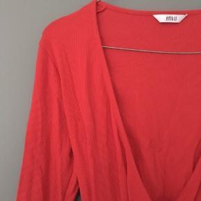 Flot wrap trøje fra Envii i str S i fin rød farve. Har aldrig været brugt og fremstår helt ny. Har en lille sort prik, som var der da trøjen blev købt :-)