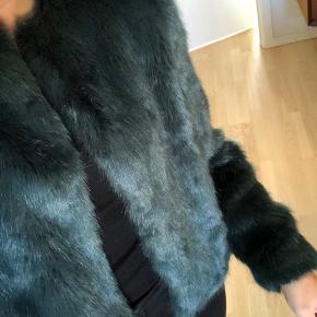 Sælger denne fine jakke i Faux Fur(imiteret pels) 💖   Fremstår som ny!  Størrelsen passer en M 💖  Køber betaler fragt eller afhentes i Aarhus C  #30dayssellout