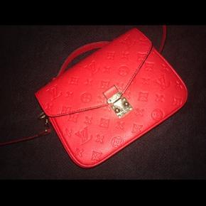 Falsk Louis Vuitton taske i rigtig god kvalitet. To sorte pletter på fronten, ved syningen