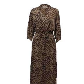 """Jeg sælger den smukkeste kimono fra Rabens Saloner. Jeg tror ikke denne model bliver solgt længere. Kostede cirka 1.450 kr. fra ny💞 Jeg har sat den som """"God, men brugt"""", da jeg har brugt den en del morgener eller på stranddage. Str S."""