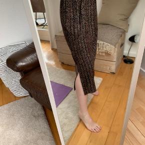 Vintage nederdel, kan passes af både S, M og L. Slidse i bunden.                                     💛💛💛 Jeg har netop ryddet ud/op i alt familiens tøj, derfor har jeg en del til salg. Jeg skal af med det hele, derfor er priserne billige! Kig meget gerne mit andet tøj igennem.         💛  Jeg giver gode mængderabatter!         Jo mere du køber, jo billigere bliver det!