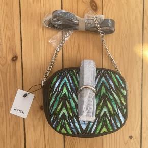 Super flot Hvisk taske, aldrig brugt og med mærke. Sort og grønt flet mønster - fin tekstur. Sølv nitter på strop. Køber betaler forsendelse :)