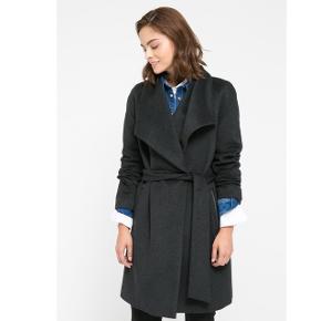 Sælger denne frakke fra Mango str M, lavet i 50% uld. Den er brugt en sæson, men den har desværre fået en flænge inde i foret. Den kan dog sagtens syes, og det er ikke noget som ses når den er på. Den er købt for 1200kr. Byd gerne, og afhent på Amager