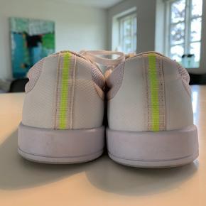Hvide Lacoste sko. Nypris 800kr