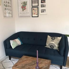 3 personers sofa 💙  - Kun 1,5 år  - Mål:  Længde: 1,88 Bredde: 86 cm   Fragt: Kan afhentes i Aarhus (vi bor i stuen😊).  Man er også velkommen til at komme og kigge på den.   Alle mine varer kommer fra et røgfrit hjem og jeg bytter ikke medmindre at andet står beskrevet.   Vh Frida Hjeresen :))