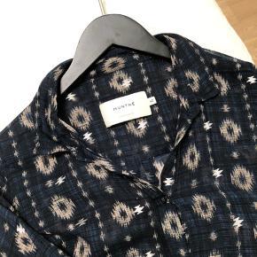 Smuk lang skjorte/kjole. Indigo med sølvtryk - SÅ fin med Marokko toppen under.  Længere bagpå.  Måler mellem 52 og 55 cm x 2 i brystmål.  100% viskose