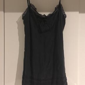 100% silke. Str. 3, som svarer til en str. Large  Nej tak til at bytte!  Keyhole jacquard dress #846 i silke Farve: Almost black