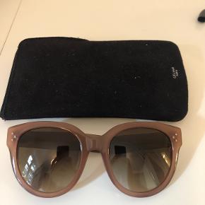 Solbriller fra Céline i rosa/pudderfarvet inkl. cover. Model: Audrey Kun brugt få gange - fremstår som nye. Ingen ridser eller anden slitage.  Pris er eksl. fragt Bytter ikke