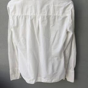 Skøn skjorte med flatterende bisser foran.