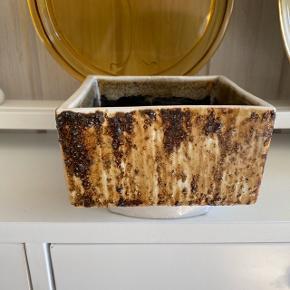 Yamasin Ikebana skål 🌸 japansk keramik fra 70'erne. Bruges til blomsterdekorationer eller som vase til anretning af blomster 🌾 Rigtig pæn stand uden fejl. Måler ca. 10 x 10 cm.   Bemærk - afhentes i Hasle eller sendes med dao. Bytter ikke 🌈  ♻️ Vase skål keramik stentøj retro loppefund Japan Japansk