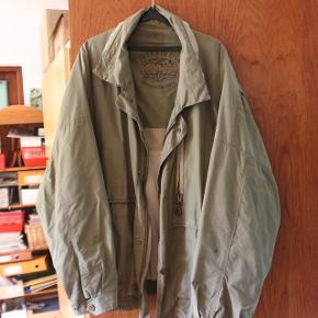 Vildt fed oversized jakke i armygrøn. Jeg kunne ikke finde størrelsesangivning i jakken, men fitter som en oversized L/XL. Perfekt til det kommende efterår.  Mængderabat gives ved køb af flere ting på min profil, tag et kig! :-)