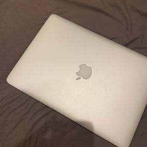 """MacBook Air 13,3"""", 128 GB. Den er brugt, men fremstår i fineste stand, og virker som den skal.  Nypris: 10.000,- Din pris: 1500,-"""