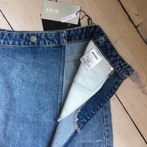 Wrap nederdel fra Weekday i str. 42  Lukkes foran med en knap og som ses på billedet kan  Aldrig brugt, stadig med prismærke  Nypris 350 kr.   Kan afhentes på Østerbro   BYTTER IKKE