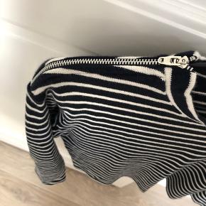 Stribet bluse fra Mads Nørgaard, str. S.  Sælges da jeg ikke får den brugt.  Brugt få gange, og derfor stadig i rigtig god stand.  Nypris var 600 kr.  Åben for bud.
