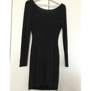 Sort glimmer kjole. Meget elastisk. Dyb ryg og ikke gennemsigtig. Kan sagtens bruges af en str M.