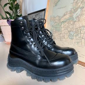EYTYS x H&M støvler med plateau   Købt i februar 2019, dog brugt få gange da jeg er mere til mine docs ✌🏼  Giv gerne (realistisk) bud 🙏🏼   Kvittering eller original kasse medfølger IKKE.   Kan mødes i København ved handel eller sende via. DAO