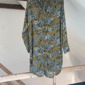Sød kjole/oversize trøje. En af knapperne er faldet af på et af ærmerne, men jeg har gemt den og den sendes med v. køb. Har selv brugt den både som kjole og udenover et par blå eller sorte jeans💚