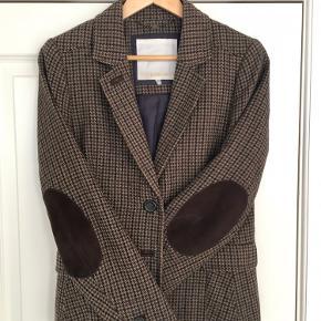 Flot blazer fra Inwear med patches og Ralph Lauren stil. Fed som ude blazer med en tyk sweater og inde med skjorte. Nypris 2199kr