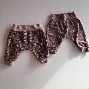 Hjemmesyede bukser i blødt elastisk stof. Str. 56-62. 25 kr. pr. par eller 40 kr. for begge.