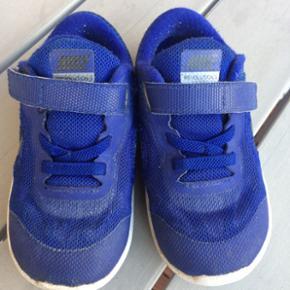 Rigtig fine kondisko fra Nike. De er ikke brugt ret meget og er derfor i pæn stand. De er ikke udtrådte eller slidte i sålen.  Str. 25