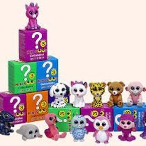 Ty Mini Boo er lille, håndmalet og sød figur, der charmerer alle med sine glitrende øjne. Alle Mini Boo-figurer, bortset fra én, fås i forseglede æsker, så indholdet forbliver et mysterium, indtil du åbner æsken. Sørg for, at alle 13 søde Mini Boo-figurer forenes ved at samle eller bytte dem med dine venner. Hver Mini Boo-figur måler 5 x 3 x 3,5 cm. Hver æske indeholder 1 Mini Boo-figur og 1 Mini Boo-tjekliste.  Bemærk det er serie 3 sidste nye udgave. Sendes assorteret