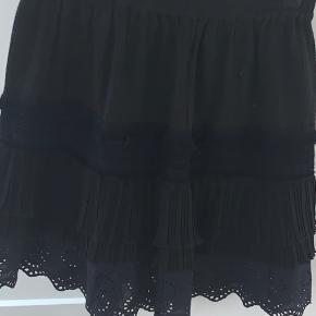 Skøn nederdel med blonder og læg. Aldrig brugt.