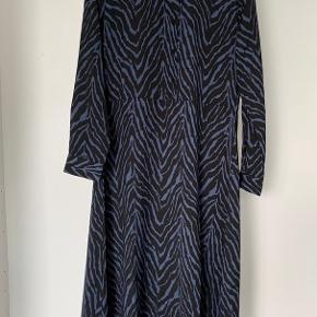 Rigtig fin lang kjole fra JDY, med det fineste print. Kan passes af en s og m.  Prisen er 150kr, eller kom med et bud:) -er til forhandling;)  BYD! Skal bare væk