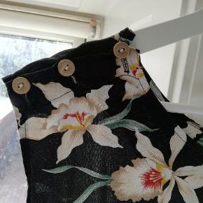 Retro buksedragt med fine hvide liljer. Mærke PARADISE FOUND. Købt i second hand.