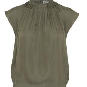 Elegant armygrøn top fra DAY Birger et Mikkelsen, designet i lækkert silkeagtigt polyester. Sidder supergodt og passer til både bukser og nederdel.  En favorit i sommergarderoben.  · Rummeligt snit · Rund hals med flæser · Nakkeslids med knap · Korte ærmer · Sidder til ved hoften 100 % polyester