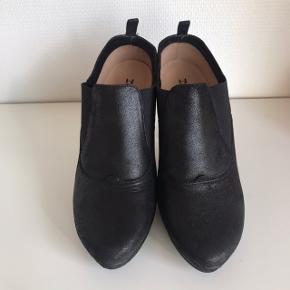 De lækreste shoe boots / støvletter fra Repetto. Kun brugt til 'sid ned arrangementer' og med en special sål i, hvorfor de faktisk ser ud som nye indeni. Det er en normal str. 40.  Sædvanlig lækker Repetto kvalitet. Skind udvendigt og indvendigt. Elastikindsatser gør dem lette at få af og på.  Hælhøjde 10 cm. Plateau på ca. 1,5 cm så en reel hælhøjde på ca. 8,5 cm