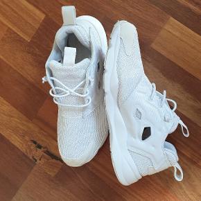 De blødeste hvide Furylite sneakers fra Reebok, brugt men i meget fin stand. Herremodel, men kan bruges af begge køn. Nyvaskede og med box.
