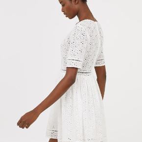 Sommerkjole, H&M Trend, str. L, Hvid, Bomuld, Ubrugt  H&M Trend kort kjole i let, vævet bomuldskvalitet med broderie anglaise. Helt ny og ubrugt med mærkesedler. Kan bruges til både hverdag, fest og konfirmation. Kjolen har V-udskæring foran og korte ærmer. Hulbånd langs med udskæringen, i taljen, nederst på ærmerne og forneden. Er skåret med rynkning i taljen og vid underdel. Skjult lynlås i ryggen. Underdel med for. Materiale: 93% Bomuld og 7% Polyester For: 100% Bomuld. Nypris: 599 Eventuel fragt lægges oveni: 38 med DAO til nærmeste posthus/butik. Har kjolen i str.: 38, 40, 42 og 44. Alle helt nye med mærkesedler.