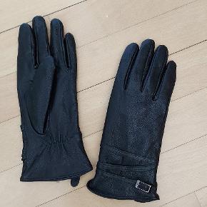 Nye og ubrugte lækre handsker i ægte skind med dejlig blødt for indeni. Har kostet 350 kr fra ny. Str small.