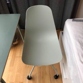 Søstrene Grene skrivebord + stol sælges samlet helst. 350kr for begge dele i en hurtig handel. Skal hentes i Teglholmen. Mål: h:74, b:90, d:40.