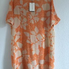 Sommer kjole fra By Malene Birge Str:38 Farve: creme og orange. Materiale: 100% silke  Np: 1650kr Mp: 500kr + 37 kr Porto. Sender via Dao ❌ bytte ikke.   Brugt kun et par timer.