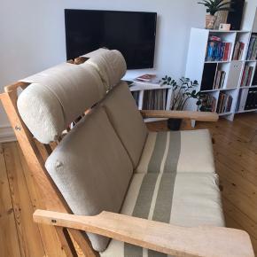 2-personers Wegner sofa i modellen ge 375. Kan skilles ad og bruges som 2 stole.   Har brugsspor men træet er sæbebehandlet og kan nemt shines op.   Der er sat nye gjorde på og hynderne er de originale hynder.   Kan hentes på min adresse