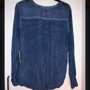 Skjorte med brystlomme og knapper i ærmerne. Den er født med forvasket look Sender ikke