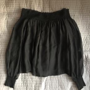 Off shoulder bluse fra Designers Remix 100% silke i str 34. Kan også passe en str 36.