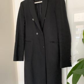 Lækker uldfrakke fra ZARA.   Lukkes med knapper  Ny pris 999