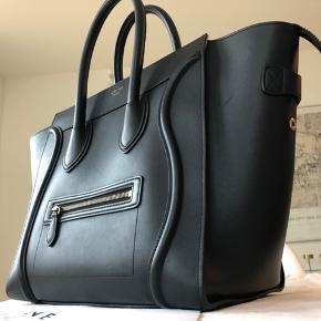 Celine taske urolig flot stand. Det er en sort Luggage, som jeg både har kvittering på og dustbag til. Købt i Paris for 2400 euro (18.000 DKK), og den fremstår perfekt. Denne model er svær at få fat på fra ny, da der kan være venteliste.   Læderet er stadig stift, hvilket er sjældent med brugte Celine-tasker. Der er ingen huller eller slag i hjørnerne, og hankene er lige så 'lodrette' som fra ny. Der er få riser et par steder, som næsten ikke ses. Tasken er brugt til arbejde og er altid blevet transporteret i bil, dvs. den har aldrig stået på jorden og aldrig været overfyldt. Indvendig står den også helt skarp uden pletter.   Jeg sælger kun til den rigtige pris og bytter desværre ikke. Afhentes i Holbæk eller Lyngby. Skriv endelig, hvis du har spørgsmål :-)