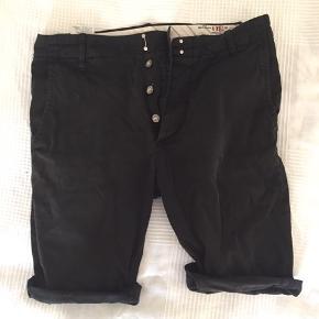 Sorte shorts, der både går til fest og afslapning :)