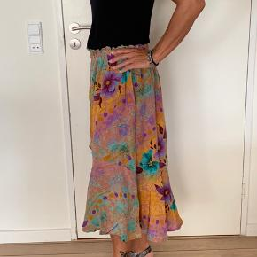 Sissel Edelbo nederdel Model: Biba skirt nederdel Størrelse: M/L Købspris: 899,-  Smuk nederdel fra Sissel Edelbo  Ny og stadigvæk med prismærke💞🌸💞 Sælges KUN fordi jeg synes den er lige i det største til mig, ellers har jeg beholdt den, for synes den er sindssygt smuk.   Sissel Edelbo Biba nederdel har en elastisk linning, hvilket giver en løs og behagelig pasform. Den har en smuk romantisk flæse foran, som giver et flowy livligt og smukt look til nederdelen. Style denne smukke nederdel sammen med en top el t-shirt på varme sommerdage eller med en hyggelig trøje el strik samt strømpebukser og sneakers til efteråret.  Nederdelen er lavet af genanvendte sarier. Alle sarier er håndplukkede af Sissel Edelbo, og er, før de blev re-designet, blevet båret af en indisk kvinde. Kvindens og sariens historie viser sig i de unikke mønstre og små karakteristika. Ved at bære denne smukke nederdel fra Sissel Edelbo fortæller du historien videre.  Sissel Edelbos produkter er lavet af vintage sarier. Da stoffet er genanvendt, kender vi ikke den totale sammensætning af stoffet, som er håndplukket i Indien som en silke-mix. Der kan af samme grund forekomme små fejl i stoffet. De små fejl er en del af sariens charme og historie og betragtes ikke som reklamation.  Alle produkter fra Sissel Edelbo er unikke.  Dvs der kun findes den ene du ser her på billedet og kun i den viste størrelse.  Dét gør din nederdel helt unik - og et smukt og farverigt alternativ til andre nederdele.  LET THE STORY CONTINUE 🌸💞🌸 FROM ONE WOMAN TO ANOTHER   #Secondchancesummer