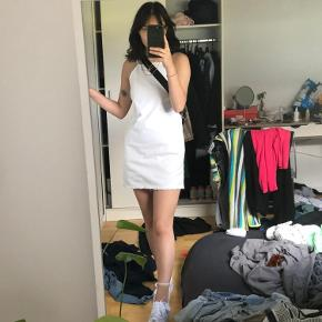 Jeg sælger min hvide denim kjole. Den har en åben ryg.