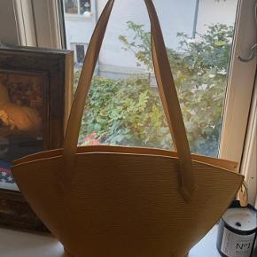 YELLOW EPI SAINT JACQUES PM   Smuk vintage Louis Vuitton taske i gul med rifler. Har ingen brugsspor udover et par små pletter inden i. Ellers er der intet ved tasken 💛💛