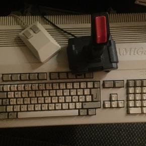Amiga 500 med rigtig mange kopi spil og kabler og en joystick og mus