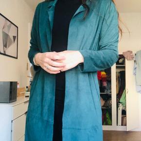 Blød cardigan i onesize. Haves i grøn og sort.